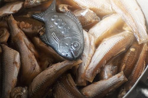 Chuyện về con cá sắt kỳ diệu cứu sống những gia đình nghèo