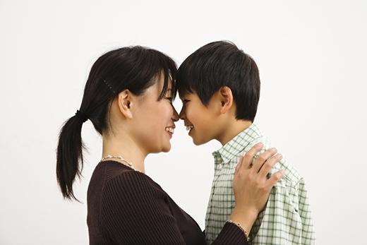 Đó là mẹ, người đã sinh ra và dìu dắt ta từ bé thơ đến lúc trưởngthành. Chúng ta có thể bàytỏ tình cảmvới người con gái mình thích nhưng khi đối diện với mẹ, một câu yêu thương cũng thật khó để nói thành lời.