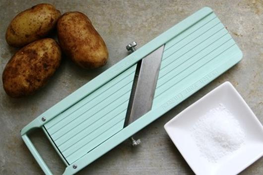 Làm snack khoai tây bằng lò vi sóng dễ không tưởng