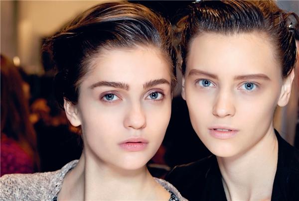 """Tuần lễ thời trang Paris Fashion Week mang lại rất nhiều lựa chọn. Thay vì màu son nude đơn điệu, các chuyên gia trang điểm đã áp dụng ngay xu hướng """"môi dày căng mọng"""" đang làm mê mệtcác nàng ngay trên sàn diễn."""