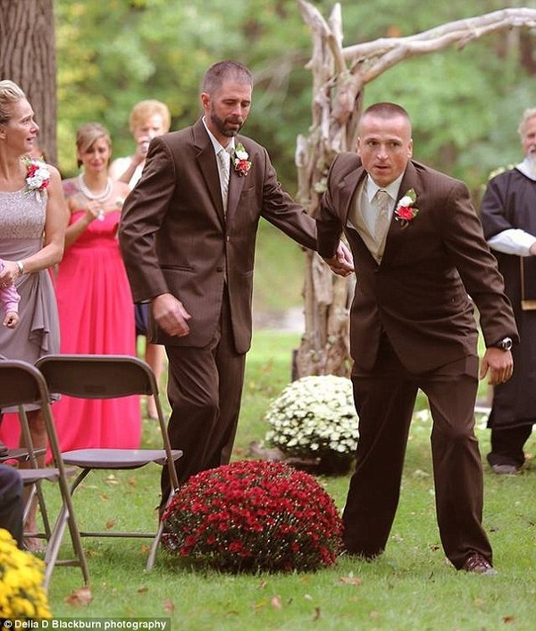 Cảnh tượng cha ruột nắm tay cha dượng cùng lên lễ đường làm lễ thành hôn cho con gái. (Ảnh Internet)