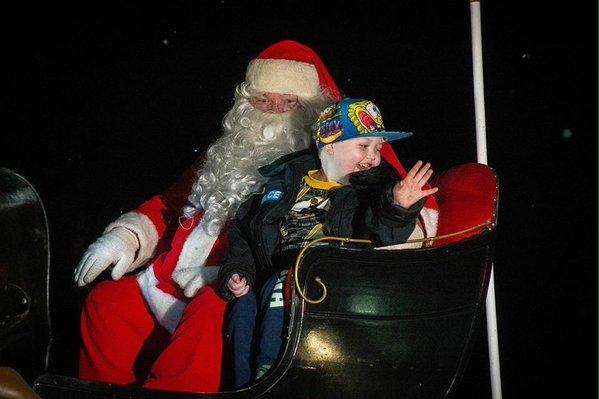 Giây phútbé Evan Leversage hạnh phúc khi được đón một lễ giáng sinh ấm áp cùng mọi người. (Ảnh Internet)