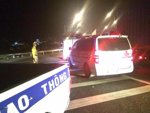 Tai nạn tại cao tốc Pháp Vân: 2 xe lật nhào, 19 người thương vong