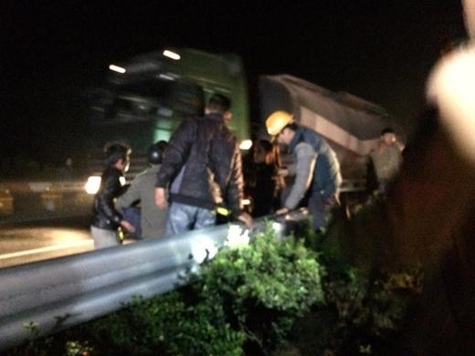 Trong quá trình cứu hộ, 1 công nhân cứu hộ đã bị ngã từ trên xe khách xuống phải đưa đi cấp cứu.