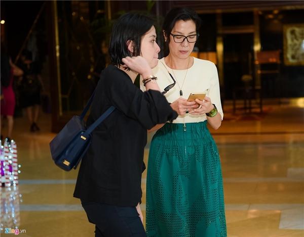 Trưa 8/12, Dương Tử Quỳnh bị bắt gặp bước ra từ một khách sạn 5 sao thuộc quận 1, TP HCM cùng trợ lý.Ngôi sao võ thuật người gốc Malaysia ăn vận khá đơn giản.