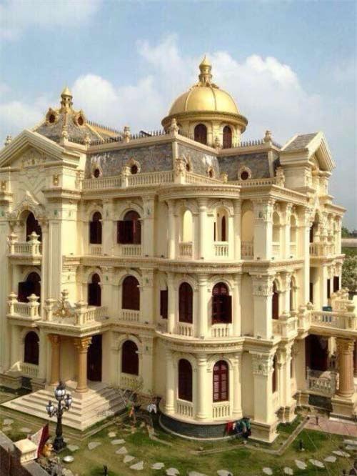 Trong ảnh có thể thấy ngôi nhà được thiết kế theo kiểu lâu đài và lời đồn dát vàng 9999 được lan truyền.