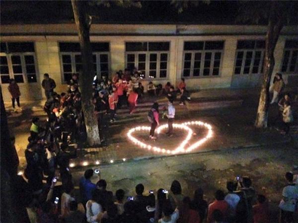 Toàn cảnh phi vụ tỏ tình vào tối 6-12 tại kítúc xá Đại học Bách Khoa Hà Nội. (Ảnh: Internet)