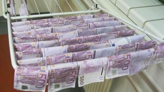 Số tiền toàn những tờ cómệnh giá lớn như 500 euro và 100 euro. (Ảnh: Internet)