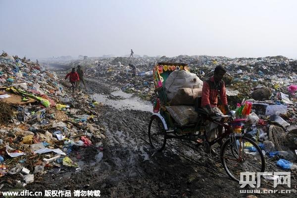 Bãi rác mênh mông, rộng lớn chính là nguồn sống của người dân ở đất nước này.(Ảnh: Internet)