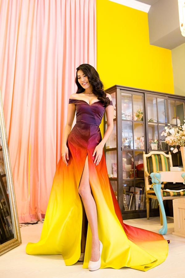 Bộ váy tạo điểm nhấn bởi phần xẻ ngực sâu, tà xẻ cao cùng phần tùng váy khá dài, rộng.