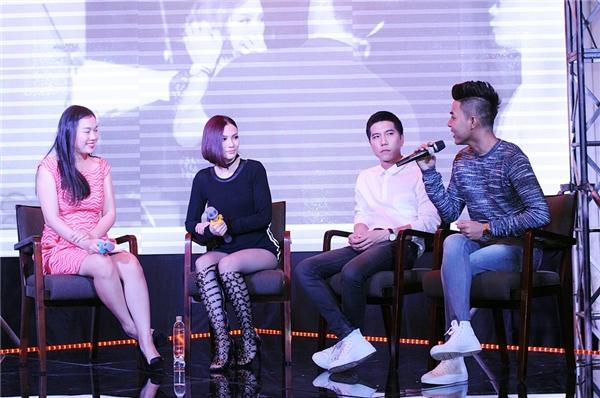 Thu Thủy cùng ê-kíp thực hiện MV trò chuyện với nhau. - Tin sao Viet - Tin tuc sao Viet - Scandal sao Viet - Tin tuc cua Sao - Tin cua Sao