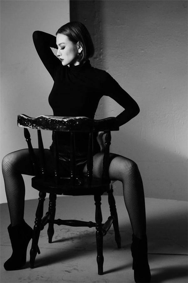 Trong MV nàyThu Thủysẽtheo đuổi hình tượng gợi cảm, vô cùngấn tượng nhưng vẫn phảng phất đâu đó nét bí ẩncủa một người phụ nữ trưởng thành.Thậm chí cô còn sẵn sàng hisinh mái tóc dài mượt mà mình nuôi dưỡng nhiều năm qua để trông cá tính và lạmắt hơn. - Tin sao Viet - Tin tuc sao Viet - Scandal sao Viet - Tin tuc cua Sao - Tin cua Sao
