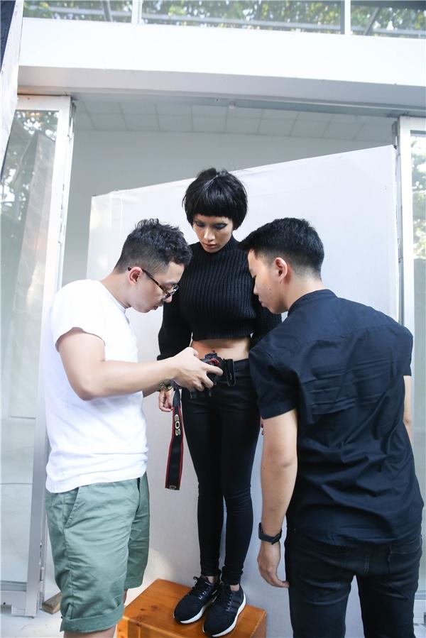 Sau đó,Ái Phương tập trung khi làm việc cùng ê-kíp chụp ảnh. - Tin sao Viet - Tin tuc sao Viet - Scandal sao Viet - Tin tuc cua Sao - Tin cua Sao