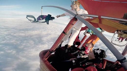 ...đãbất ngờ ném đi chiếc dù và nhảy tự do xuống từ độ cao 4.000m. Ảnh: Internet