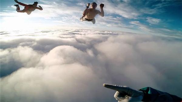 Tuy nhiên, việc rơi thả từ trên độ cao như vậyxuống là rất nguy hiểm. Ảnh: Internet