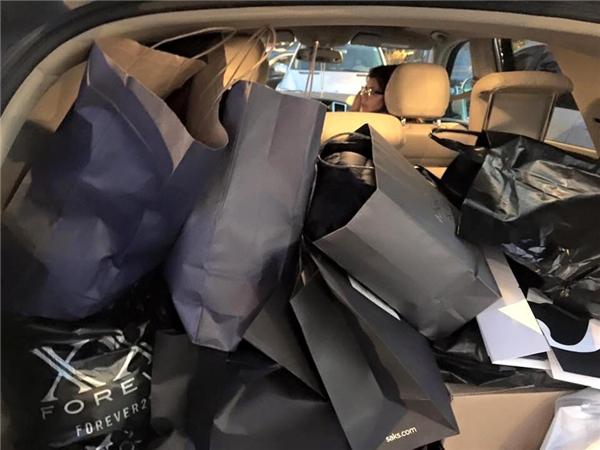 Cả hai đã rất chịu chi khi mua sắm nhiều đến nỗi túi lớn túi nhỏ chất đầy kín cả trong xe. - Tin sao Viet - Tin tuc sao Viet - Scandal sao Viet - Tin tuc cua Sao - Tin cua Sao