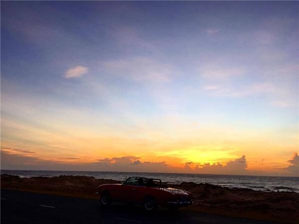 Cặp đôi hạnh phúc cùng nhau lái xe trên đường ven biển trong buổi hoàng hôn. - Tin sao Viet - Tin tuc sao Viet - Scandal sao Viet - Tin tuc cua Sao - Tin cua Sao