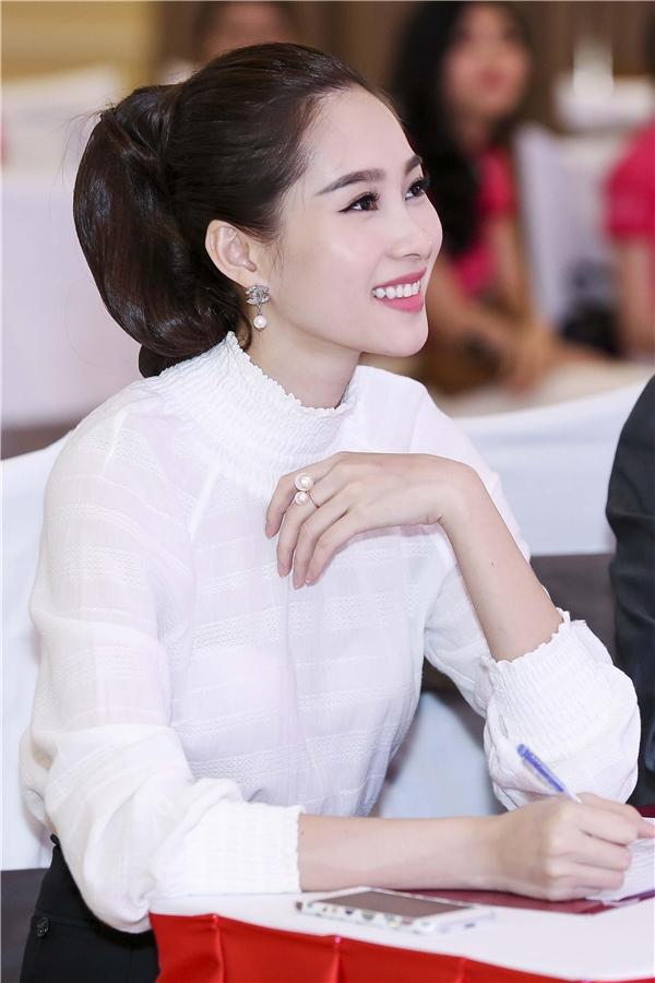 """Hoa hậu luôn tươi cười mọi lúc khiến cho các thí sinh cũng phải """"liêu xiêu"""". - Tin sao Viet - Tin tuc sao Viet - Scandal sao Viet - Tin tuc cua Sao - Tin cua Sao"""