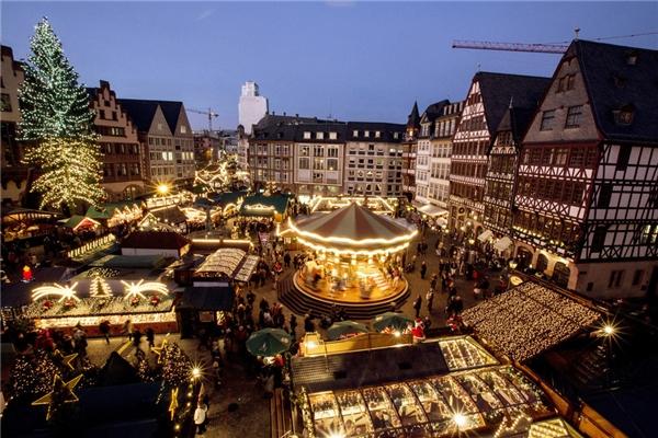 Chợ Frankfurt ở Đức trở nên lấp lánh và cuốn hút lạ thường vào mùa Giáng sinh.(Ảnh: BuzzFeed)