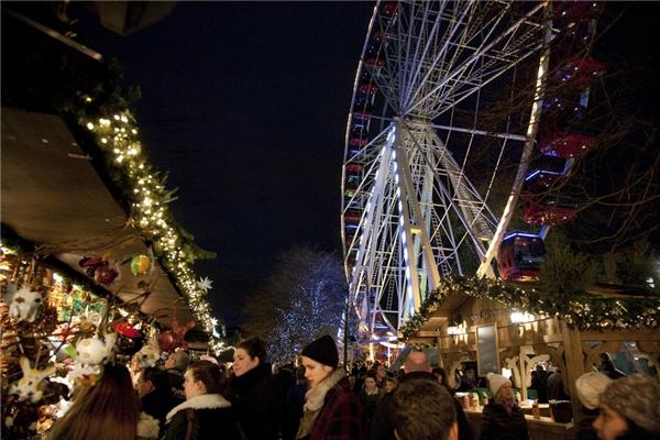 Người dân ở Edinburgh, Scotland nhận biết Giáng sinh đang đến gần nhờ vào một loạt các buổi biểu diễn tại nhà hát và khu chợ khá lớn bắt đầu từ ngày 21/11 đến 4/1.(Ảnh: BuzzFeed)