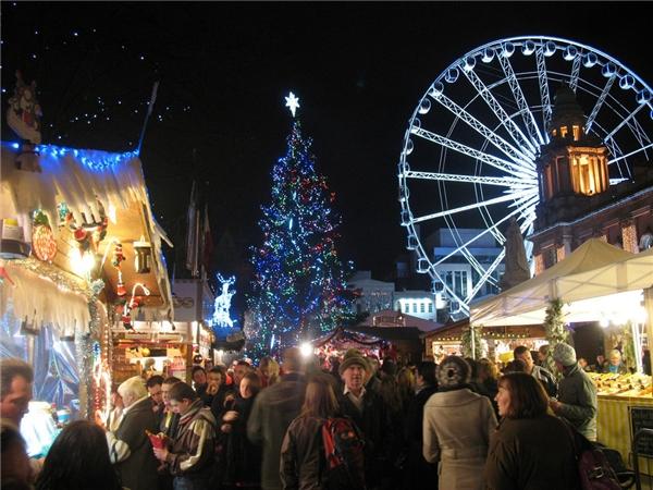 """Nếu bạn vẫn còn """"tâm hồn trẻ thơ"""" thì hãy đến chợ Belfast ở Bắc Ireland để cùng các em nhỏ ở đây gửi thư cho ông già Noel. Mỗi bức thư gửi đi, các em sẽ nhận lại được thư trả lời từ Bắc Cực đấy.(Ảnh: BuzzFeed)"""