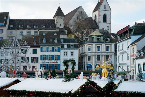 Thành phố Basel vinh dự trở thành địa điểm có chợ Giáng sinh lớn nhất Thụy Sĩ, nơi bạn sẽ hoàn toàn bị choáng ngợp bởi những chiếc bánh tổ ong nóng hổi thơm phức, bánh gừng nhỏ xinh và xúc xích cực hấp dẫn.(Ảnh: BuzzFeed)
