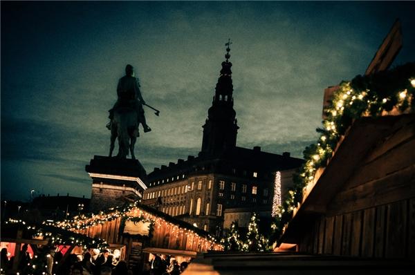 Bạn có muốn biết nguồn cảm hứng để Andersen viết nên những câu chuyệncổ tích đi vào lòng biết bao thế hệ trẻ em trên toàn thế giới? Đến ngay thành phố Odense vào mùa Giáng sinh này nhé.(Ảnh: BuzzFeed)