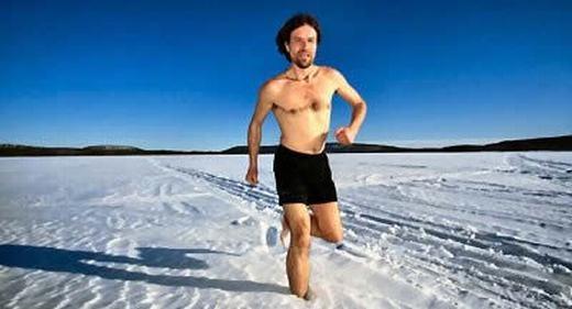 Còn đây là Wim Hof, 48 tuổi – người đàn ông được mệnh danh là Iceman – bởi cơ thể có khả năng chịu lạnh đến phi thường. Độ lạnh mà cơ thể ông chịu được là rất lớn, ở mức khiến một người bình thường chết ngay lập tức. Hiện chưa có giải thích khoa học đáng tin cậy nào cho trường hợp này. (Ảnh: Internet)