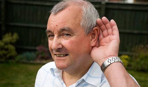 Người đàn ông này có tên là Stephen Mabbutt, 61 tuổi, sống tại Oxfordshire. Ông có thể nghe được tất cả những âm thanh trong cơ thể mình: tiếng dạ dày co bóp, tiếng tim đập… Được biết, đây làmột dạng của bệnh hyperacusis khiến chức năng thính lực hoạt động mạnh mẽ hơn. Vẫn chưa có thuốc điều trị bệnh này. (Ảnh: Internet)