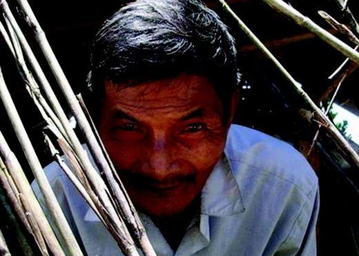 Hơn cả Rhett Lamb là cụ ông Hai Ngọc (Thái Ngọc), 71 tuổi, sống tại thôn Trung Hạ, xã Quế Trung, huyện Nông Sơn, tỉnh Quảng Nam. Ông đã trải qua hơn 40 năm không ngủ nhưng cơ thể vẫn rất tỉnh táo và khỏe mạnh. Được biết, ông bị bệnh lạ vào năm 1973, sau một cơn sốt thập tử nhất sinh. (Ảnh: Internet)