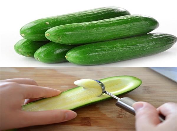 Bạn chỉ cần cắt đôi theo chiều dài quả dưa chuộtvà dùng thìa lấy ruột bên trong. (Ảnh Internet)