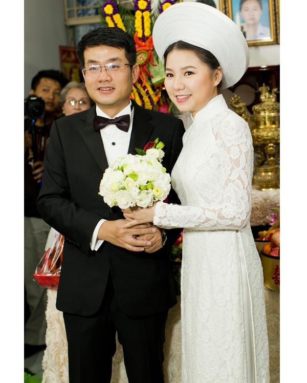 Ngô Quỳnh Anh và chiếc áo dài cưới mang đậm hơi thở cổ điển. Chất liệu ren đã mang đến vẻ ngoài tươi mới hơn cho nữ ca sĩ trong ngày theo chàng về dinh.