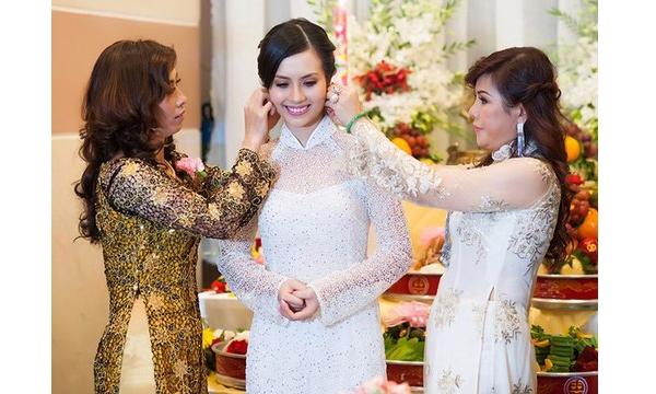 Chi tiết ánh kim đính kết giúp bộ áo dài cưới của Miss Teen Huyền Trang trở nên nổi bật, thu hút.