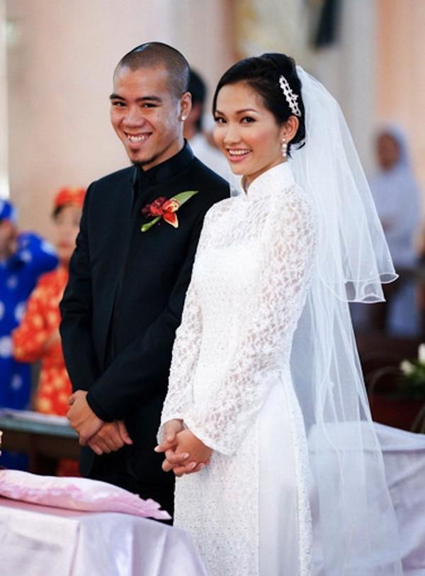 Trong đám cưới đầu tiên, Kim Hiền chọn áo dài trắng trong cả lễ gia tiên và chụp ảnh.