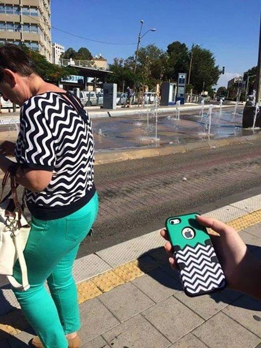 """""""Hình như bộ đồ của chị và ốp lưng điện thoại của em cùng một 'lò' mà ra nhỉ?"""".(Ảnh: Internet)"""