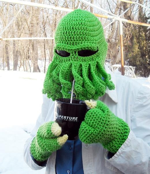 Mũ và găng tay theo phong cách người ngoài hành tinh. (Ảnh: Internet)