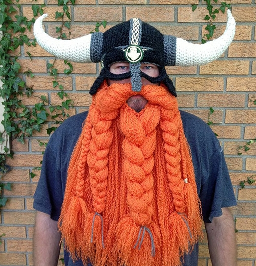 """Cần phải hết sức cẩn thận """"củi lửa""""khi đội những chiếc mũ râu ria xồm xoàm như thế này. (Ảnh: Internet)"""