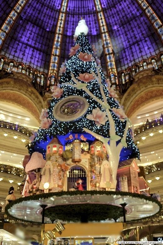 Những cây thông Noel ở Paris rất đặc biệt và duyên dáng.Kinh đô thời trang của thế giới thì tất tần tật mọi thứ phải từ chuẩn đẹp trở lên chứ. (Ảnh: Internet)