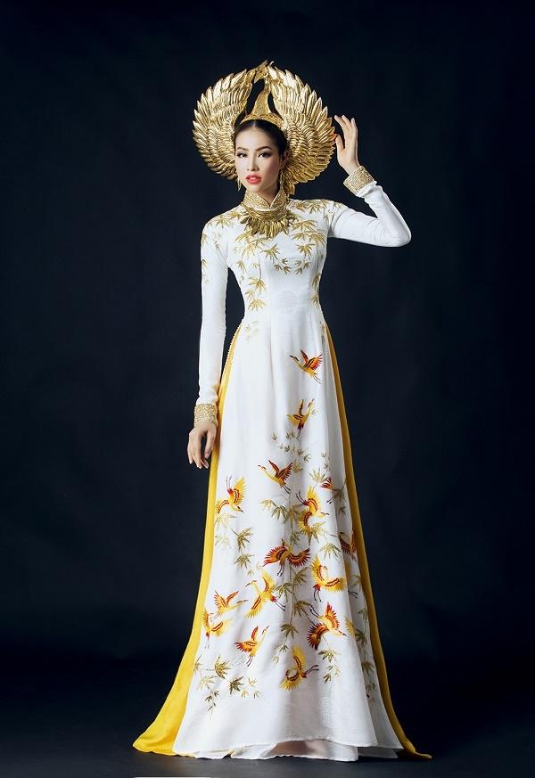 Cận cảnh áo dài mạ vàng đẹp mê hồn của Phạm Hương