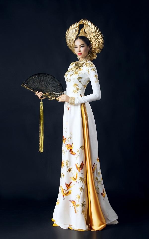 Ngoài ra,chiếc vòng cổ được tạo hình từ lá trúc và các đường nét cách điệu từ chiếc trống đồng thời Âu Lạc