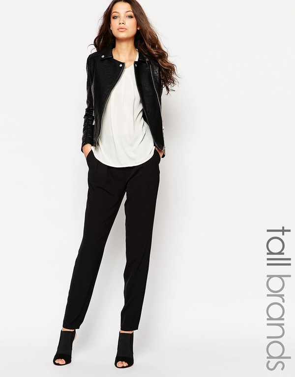 Phân khúc giá rẻ của hãng Asos cho ra mắt thiết kế quần với chất liệu đẹp không kém cạnh những anh chị giá cao của chúng là mấy. Chiếc quần đen ống suông, ôm dần về phía cổ chân có thiết kế thoải mái cho quý cô đi làm, túi bên hông càng tạo vẻ dễ chịu, và đặc biệt với độ dài chạm mắt cá chân chính là điểm lý tưởng để quý cô diện chung với ankle boots, hoặc cut-out boots. Giá của nó là 23,9$ khoảng 539 ngàn VNĐ.