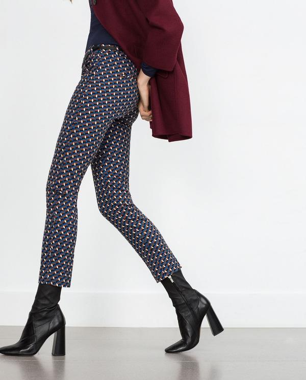 Đã quen mắt với chiếc quần đen, bạn hãy thử làm quen với mẫu quần chinos họa tiết hình học của Zara và đi với boots đen cao qua mắt cá chân xem sao. Chắc chắn với giá 25,99$ khoảng 584 ngàn VNĐ cũng không gây trở ngại cho quý cô muốn thử phải không!