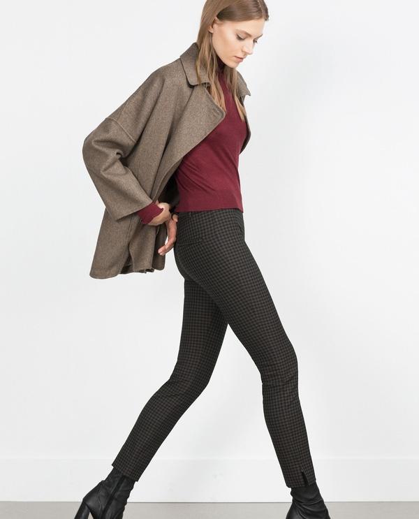 Cũng có chung mức giá 49,9$ khoảng 1,133 triệu VNĐ thì quần skinny kẻ ô đen ghi chìm này lại có thêm chi tiết xẻ ống thanh thoát. Đặc điểm này tạo cho chiếc quần đặc biệt chỉ đi với boots mid-caft, tức là chỉ cao tới bắp chân không hơn không kém. Những nàng có đôi chân cò hương, siêu gầy được khuyên dùng mặc bộ đôi này.