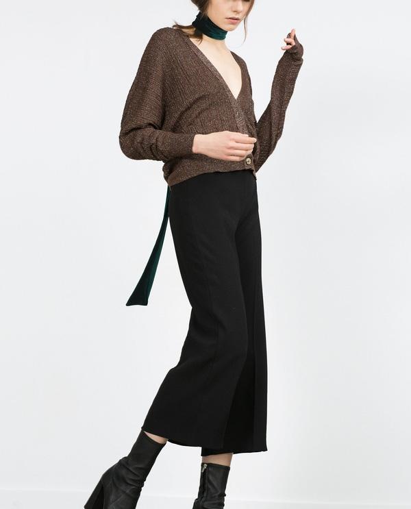 Không thể phủ nhận có hấp dẫn của những chiếc quần ống flare, nay thay vì dáng quần dài hơi kén dáng thì Zara đã cho ra mắt dáng quần culottes ống flare. Nghĩa là hơi ôm phía trên với cạp cao, còn ống có độ vẩy hơn tạo nét mềm mại cho chiếc quần mùa Thu -Đông. Giá của nó là 69,9$ khoảng 1,5 triệu VNĐ.