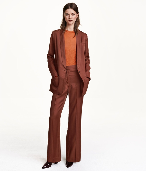 Riêng với hãng H&M thì kiểu quần ống flare lại khá được thịnh hành trong các thiết kế năm nay. Chiếc quần màu gạch nung già tay này có đủ tố chất để bạn lựa chọn cho những ngày họp hành quan trọng mà vẫn giữ vẻ chuyên nghiệp. Ly thẳng tắp với quần giữ phom, đi cùng boots da bóng tông đỏ đun lại càng khiến cho bộ đồ của bạn phong cách hơn. Giá của nó là 59,99$ khoảng 1,350 triệu VNĐ.