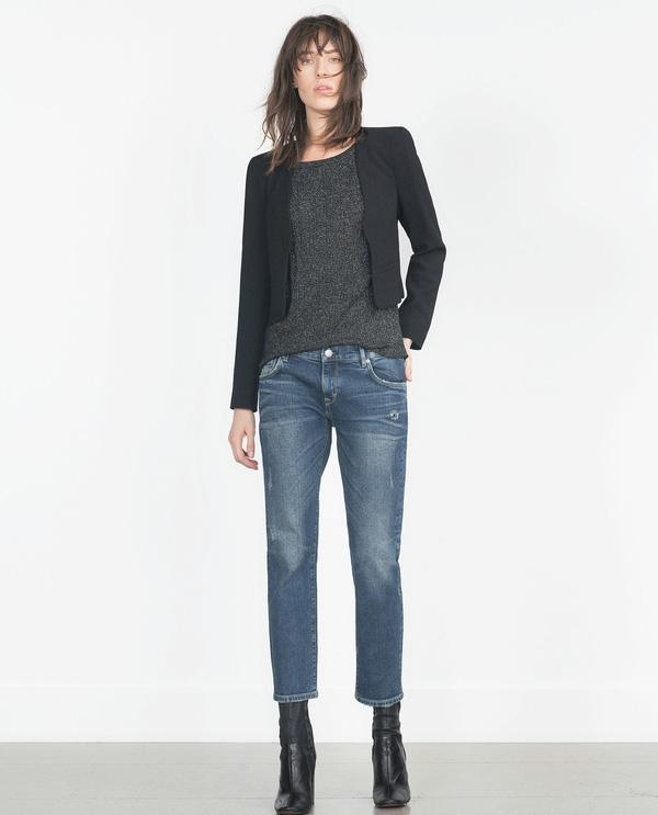 Nhắc đến quần và boots, không thể bỏ qua jeans. Quả vậy, quần jeans đi với boots bao giờ cũng tạo nên hiệu ứng nổi bật, cuốn hút tức thì. Hãy bắt đầu với quần jeans ống đứng dáng ngắn này cho mùa đông, khoác thêm chiếc blazer dáng rộng hay áo trenchcoat mỏng dài là bạn đã có ngay bộ đồ thời thượng như những quý cô nước ngoài xuống phố rồi. Giá của chiếc quần jeans hãng Zara nay là 69,9$ khoảng 1,574 triệu VNĐ.