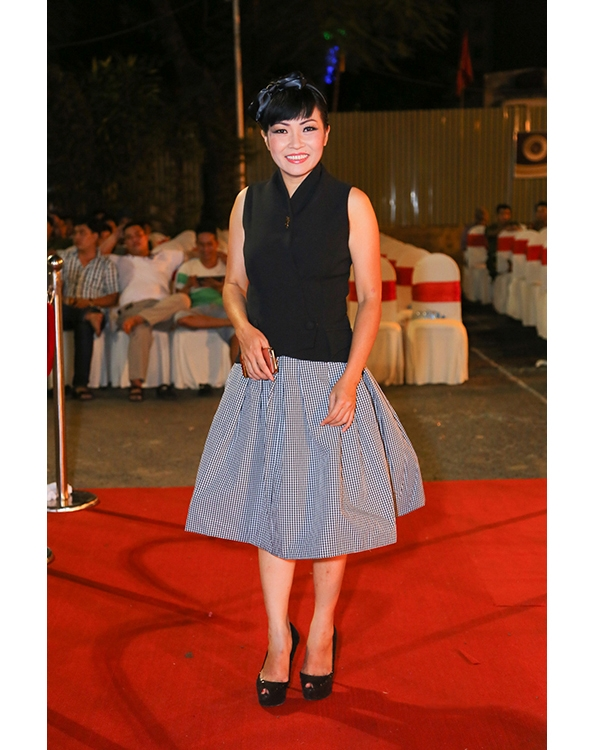 Nữ ca sĩ Phương Thanh dường như đã trẻ hóa bản thân không thành công. Tuy nhiên, bộ trang phục này vẫn có cách khắc phục nếu chị Chanh kết hợp chân váy cùng một chiếc áo phông ôm sát nhẹ nhàng hoặc sơ mi cách điệu hiện đại bỏ vào bên trong chân váy. Phần cài tóc nên bỏ đi vì không phù hợp với vẻ ngoài của nữ ca sĩ.
