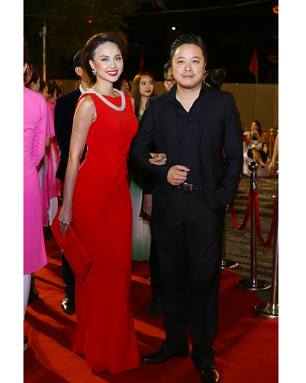 Bộ váy đỏ mà Đinh Ngọc Diệp diện trên thảm đỏ Liên hoan Phim Việt Nam 2015 không xấu nhưng cách phối phụ kiện của cô lại không phù hợp. Với những dáng váy đuôi cá ôm sát, clutch cầm tay nhỏ xinh mới là lựa chọn cần thiết và ăn khớp. Thiết kế kín cổng cao tường này cũng không phải phù hợp để diện trang sức ngọc trai to bản. Một đôi hoa tai ánh kim và vòng đeo tay đã đủ để tạo nên sự thu hút.