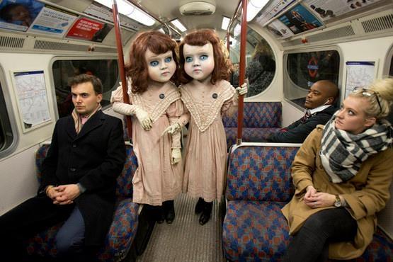 Đôi búp bêđi lại bằng tàu điện ngầm. (Ảnh: Internet)
