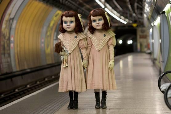 Hai cô búp bê nắm tay nhau, đứng ở một ga tàu điện ngầm. (Ảnh: Internet)